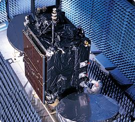 Satelita typu STAR-2 przechodzący testy radiowe w komorze bezechowej, (c) Orbital Sciences Corp.