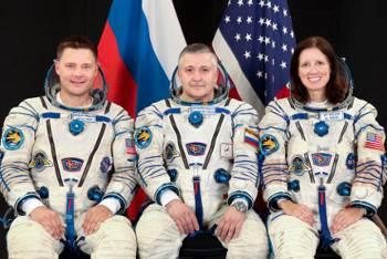 Załoga Sojuza TMA-19 / Credits - NASA