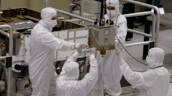 Technicy odpowiedzialni za przygotowanie misji Mars Science Laboratory instalują instrument Chemistry and Mineralogy (CheMin) (NASA/JPL)