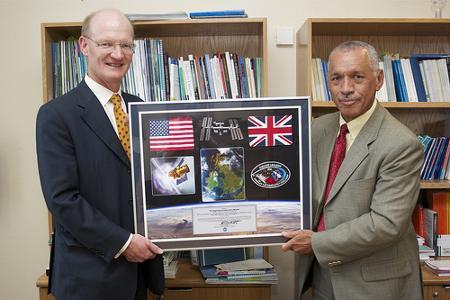 Brytyjski Minister Nauki David Willetts (po lewej) i Administrator NASA Charles Bolden prezentują podpisane porozumienie. / Credits - UK Space Agency