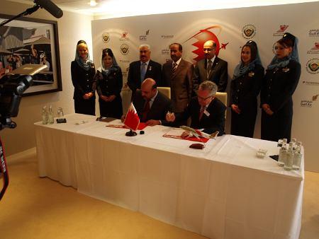 Podpisanie kontraktu pomiędzy przedstawicielami Bahrain Int.Airshow i Farnborough Airshow Ltd. / Credits - Tadeusz Kocman