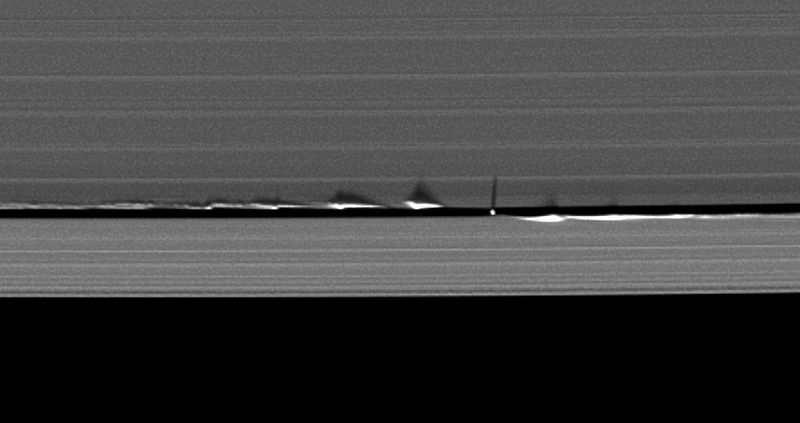 Zaburzenia krawędzi przerwy Keeler'a spowodowane oddziaływaniem grawitacyjnym księżyca Daphnis, zaobserwowane w maju 2009 roku (NASA/JPL/Space Science Institute)