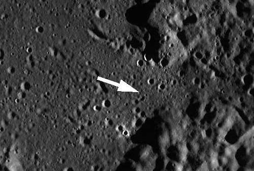 Zdjęcie szerokokątne, pochodzące z sondy LRO, przedstawiające równiny Cayley'a (gładkie obszary) oraz otaczające miejsce lądowania Apollo 16 góry Kartezjusza; sam punkt lądowania oznacza strzałka; (NASA/GSFC/Arizona State University)