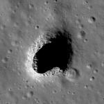 Wejście do jaskini w okolicach Marius Hills na Księżycu / Credits - NASA/ LROC/ ASU