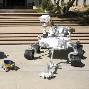 Model łazika MSL (z prawej) obok modelu łazika z misji Mars Pathfinder / Credits - NASA