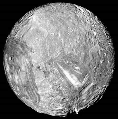 Złożenie zdjęć pochodzących z Voyagera 2, przedstawiające powierzchnię księżyca Miranda (NASA)