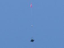 Zwycięskie urządzenie firmy LaserMotive, które wspieło się na kilometrowej długości linę będąc zasilanym wiązką laserową (Credits: NASA)