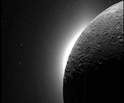 Zdjęcie przdstawiające światło koronalne i zodiakalne uchwycone przez sondę Clementine; jasna kropka to planeta Wenus (NASA)