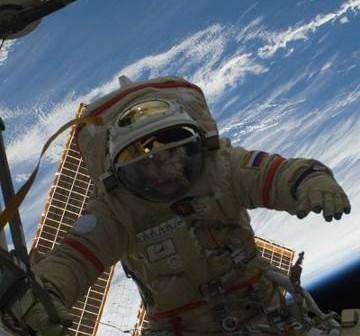Ujęcie z wcześniejszego rosyjskiego spaceru (EVA-24), który odbył się w styczniu tego roku. Na zdjęciu widoczny kosmonauta Oleg Kotov, który wraz z Maksimem Surajewem podłączał moduł MRM-2 do systemów stacji / Credits: NASA