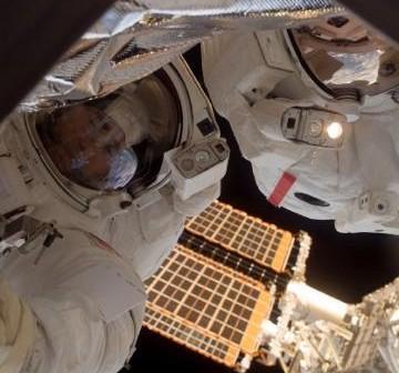 Pani Whitson i Pan Malenczenko wspólnie pracują w przestrzeni kosmicznej / Credits - NASA