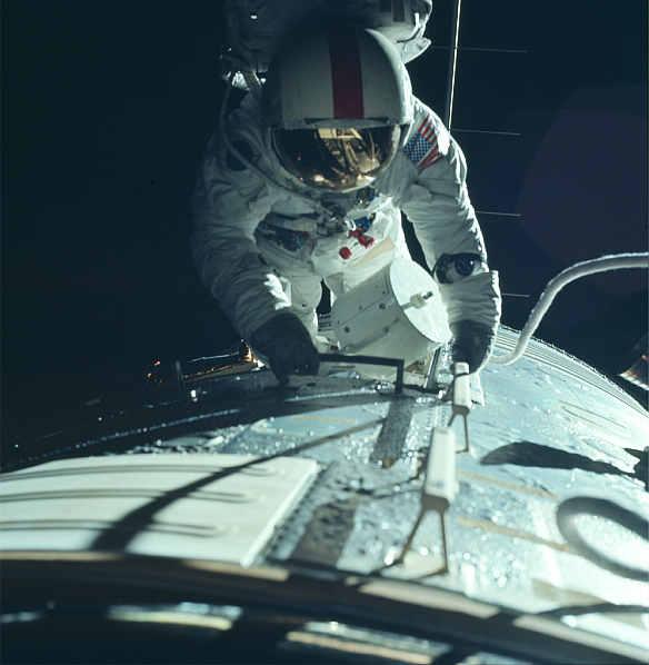 Astronauta Apollo 17 - Ron Evans - odbywa spacer kosmiczny do SIM Bay w celu odzyskania kaset z naświetlonym filmem (NASA/JSC/ASU - AS17-152-23393)