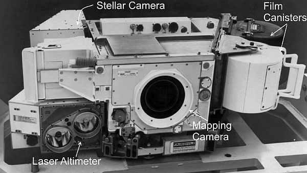Kamera zainstalowana w przedziale Sim Bay w misjach Apollo, wyposażona w wysokościomierz laserowy, właściwą kamerę do wykonywania zdjęć powierzchni oraz kamerę rejestrującą położenie gwiazd w celu okreslenia pozycji pojadu w przestrzeni (NASA/Fairchild)