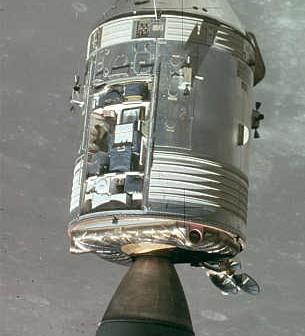 Zdjęcie przedstawiające Apollo 15 na orbicie Księżyca; widoczne wnętrze SIM Bay (NASA/JSC/ASU - AS15-152-23393)