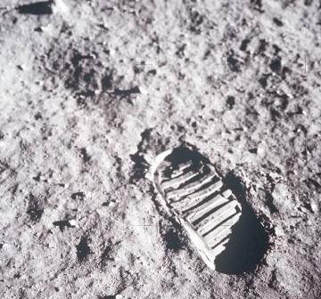 Ślad stopy na Księżycu - zdjęcie wykonane w trakcie misji Apollo 11 / Credits - NASA