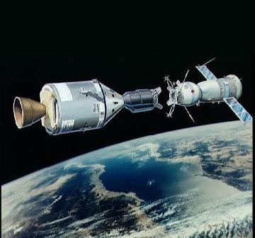 Artystyczna wizja statków Sojuz i Apollo na orbicie / Credits - NASA