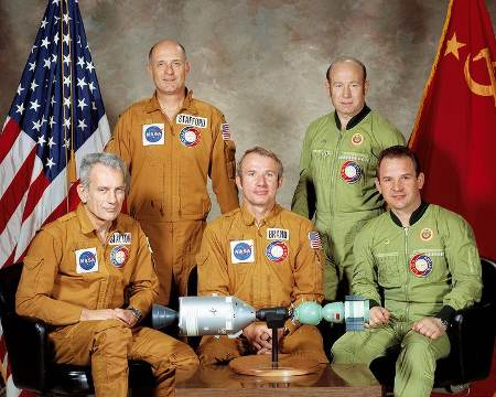 Amerykańska i rosyjska załoga Apollo-Sojuz / Credits - NASA