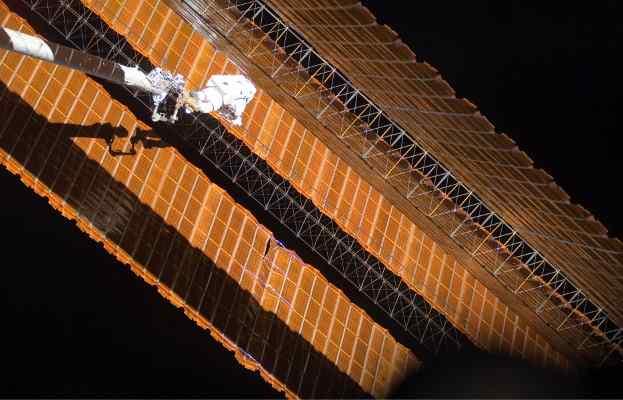 Scott Parazynski naprawia panele podczas czwartego spaceru misji STS-120 / Credits: NASA