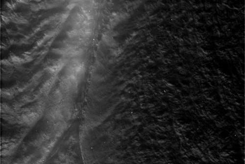 Obszar Damascus Sulcus na powierzchni Enceladusa widziany z odległości 2673 km (NASA)
