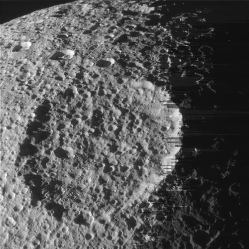Krater Penelope na powierzchni Tethys (NASA)