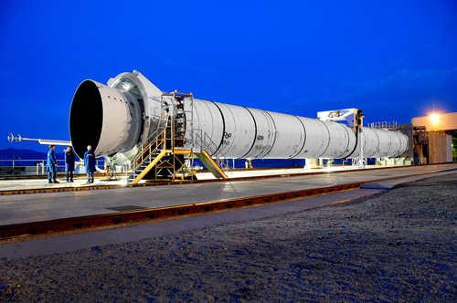 Pięciosegmentowa rakieta na paliwo stałe przygotowywana do testu DM-2 (ATK)