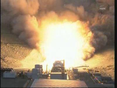 Uruchomiony silnik rakietowy na paliwo stałe DM-2 wytwarza potężny strumień gazów wylotowych (NASA TV)