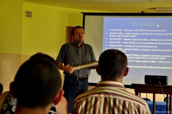 Robert Magiera (PTR) prezentuje silnik rakietowy na paliwo stałe (Credits:Diana Jaworska)