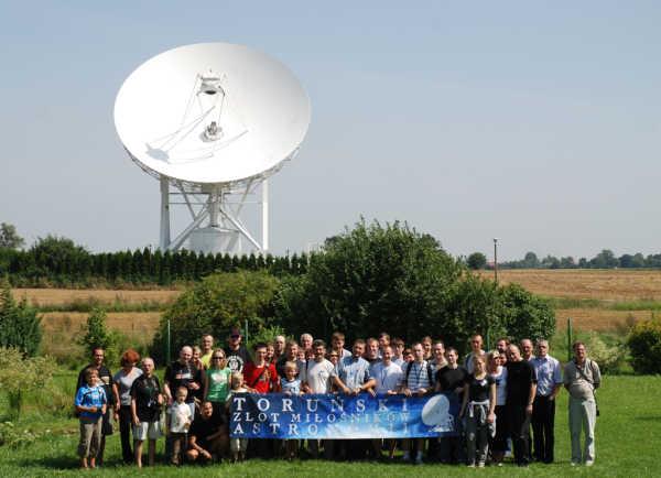 Uczestnicy zlotu TZMA 2010 pozują do zdjęcia w obserwatorium radioastronomicznym w Piwnicach (Marcin Gładkowski)