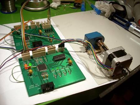 Model lotny elektroniki w pierwszych testach, na zdjęciu widoczny silnik krokowy wraz z enkoderem, Interface Board i Driver Bard / Credits - Jarosław Jaworski, SCOPE team