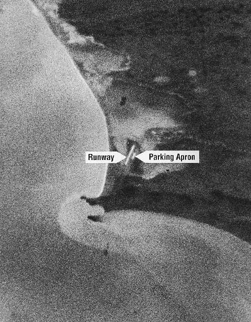 Pierwsze zdjęcie wykonane przez satelitę serii CORONA (Discoverer 14) i pomyślnie odzyskane z kapsuły powrotnej. Ukazuje ono lotnisko na przylądku Shmidta, 18 sierpnia 1960 / WikiCommons