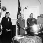 Prezydent USA, Dwight Eisenhower, ogląda kapsułę powrotną satelity Discoverer 13, 15 sierpnia 1960 / WikiCommons