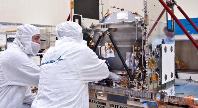 Inżynierowie Lockheed Martin w trakcie testów podzespołów sondy GRAIL (NASA/JPL)