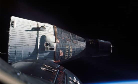 Zdjęcie pojazdu Gemini 7 wykonane z pokładu Gemini 6 podczas testów manewrów zbliżania i utrzymywania pozycji (NASA/GPN-2006-000035)