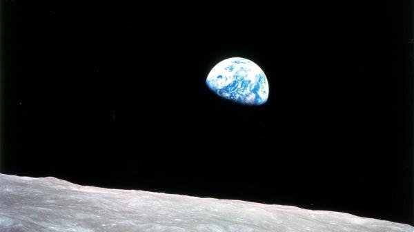 Ziemia widziana z księżycowej orbity - nawet w tak znacznej odległości od naszej planety prawo kosmiczne nadal pełni istotną rolę (NASA)