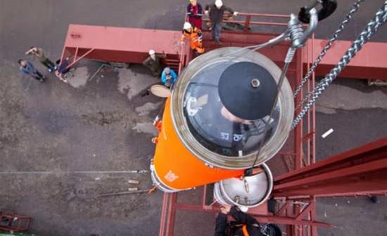 Załadunek rakiety HEAT-1X na pływającą platformę startową 'Sputnik' (Copenhagen Suborbitals)