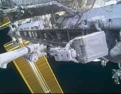 Uszkodzona pompa poza elementem S1 Międzynarodowej Stacji Kosmicznej (NASA TV)
