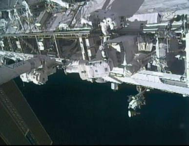 Uszkodzona pompa powoli opuszcza element S1 stacji kosmicznej (NASA TV)