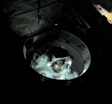 Początek pierwszego awaryjnego spaceru kosmicznego / Zdjęcie wykonał Fiodor Jurczichin