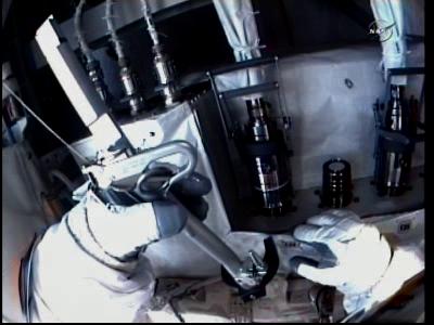 Wheelock tuż przed odłączeniem przewodu M1 od pompy (NASA TV)