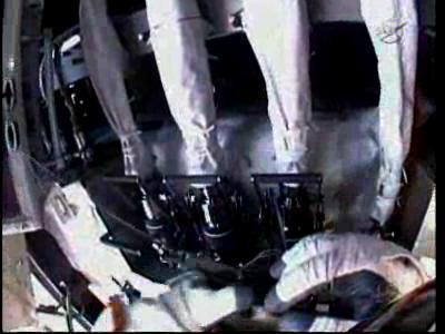 Wheelock usiłuje odłączyć kłopotliwy przewód M3 od pompy (NASA TV)