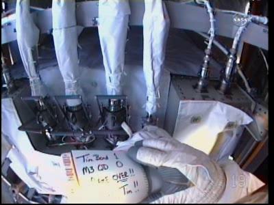 Doug Wheelock dziękuje Timowi Bondowi za pomoc przy pracy ze złączami QD (NASA TV)