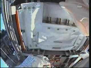 Godzina 15:12 CEST - spojrzenie na zainstalowany zapasowy moduł pompy / Credits - NASA TV