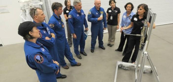 Załoga STS-134 zaznajamia się z systemem STORRM / credits: Lockheed Martin
