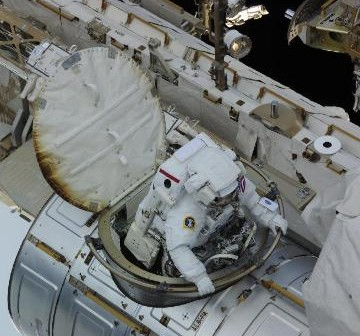 Astronauta Wheelock opuszcza śluzę Quest - początek drugiego awaryjnego spaceru kosmicznego / Credits - NASA