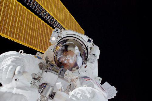 Linda Godwin podczas spaceru kosmicznego w czasie misji STS-108
