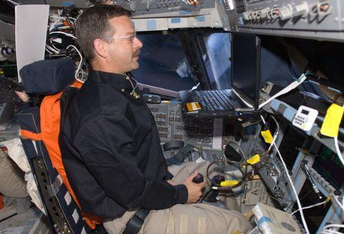 Scott Altman na w czasie misji STS-125 podczas ćwiczeń symulowanego lądowania przy użyciu programu Portable In-Flight Landing Operations Trainer (PILOT)