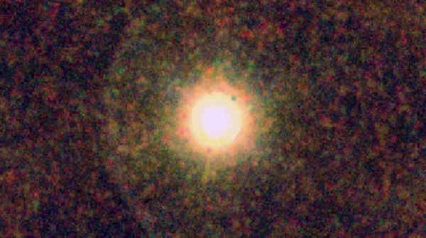 Obraz CW Leonis wraz z otaczającą ją otoczką, będący złożeniem danych uzyskanych w trzech różnych zakresach spektralnych podczerwieni: kolor niebieski w zakresie 160 mikronów z instrumentu PACS, kolor zielony z zaresu 250 mikronów urządzenia SPIRE oraz kolor czerwony z zakresu 350 mikronów, także z urządzenia SPIRE (ESA/PACS/SPIRE/MESS Consortia)