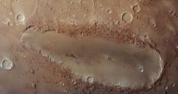 Tajemniczy Orcus Patera / Credits - ESA