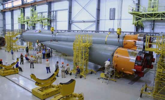 Montaż jednej z rakiet Sojuz w Gujanie Francuskiej (Arianespace)