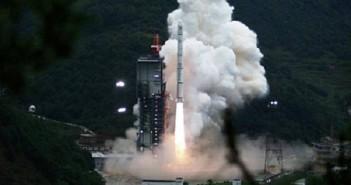 Start rakiety CZ-3A z orbiterem księżycowym Chang'e-1 (Wikipedia)