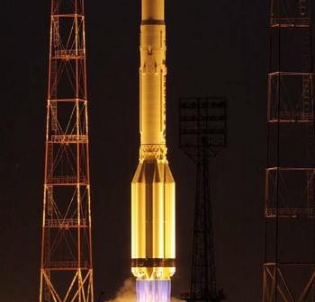 Rakieta Proton-M odrywa się od wyrzutni w Bajkonurze wynosząc trzy nowe satelity systemu GLONASS (Roscosmos)